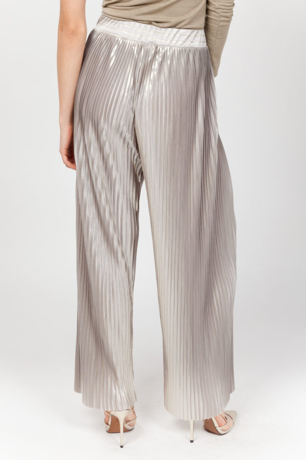 pantalon plisado brillante espalda