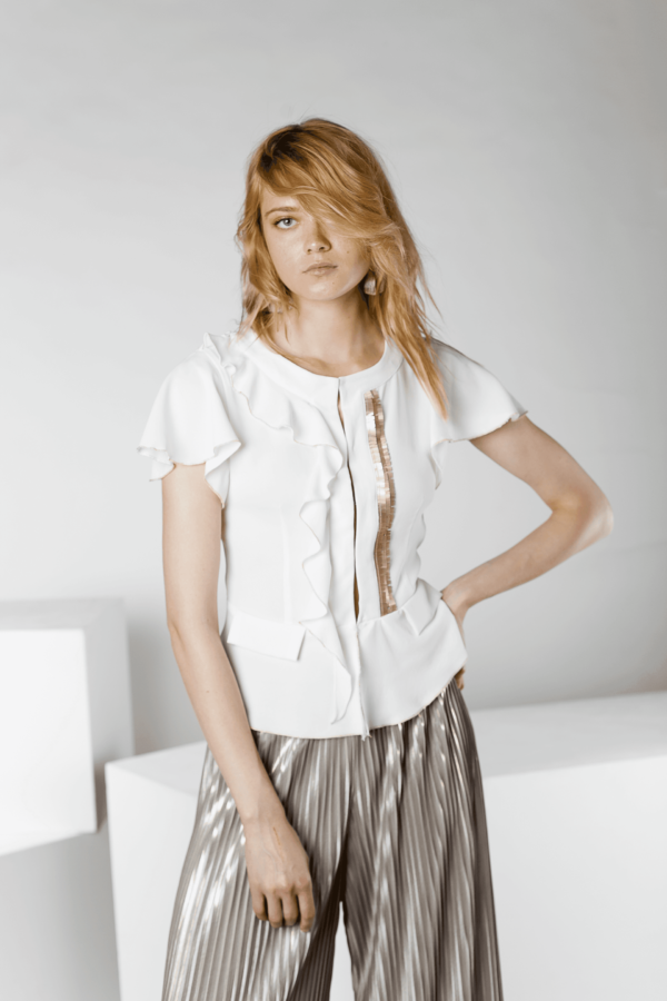 foto blusa blanca con mangas de flecos Gabri 2