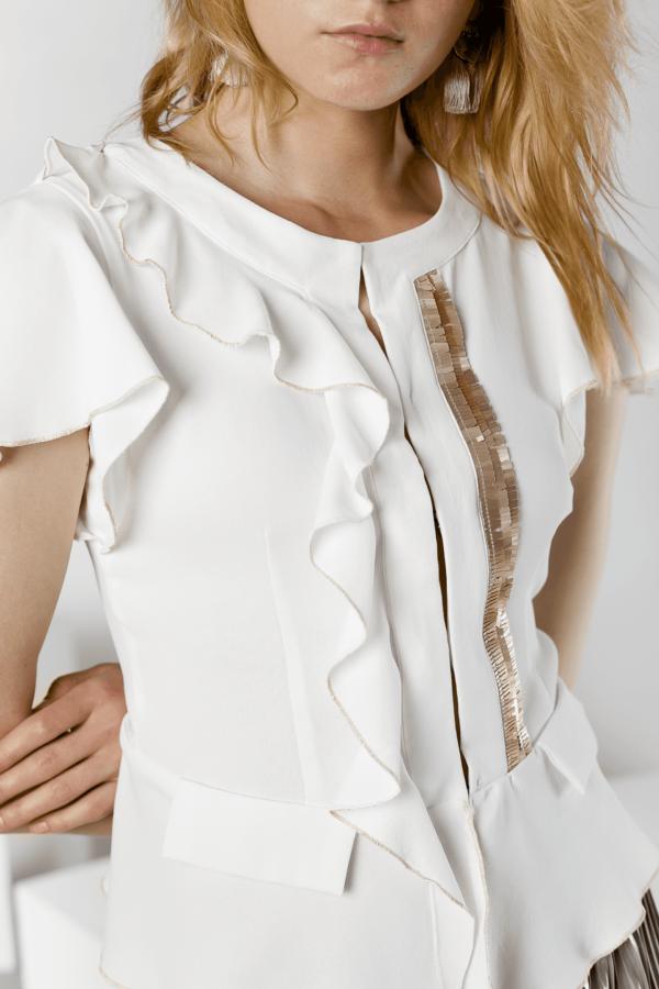 foto blusa blanca con mangas de flecos Gabri plano detalle